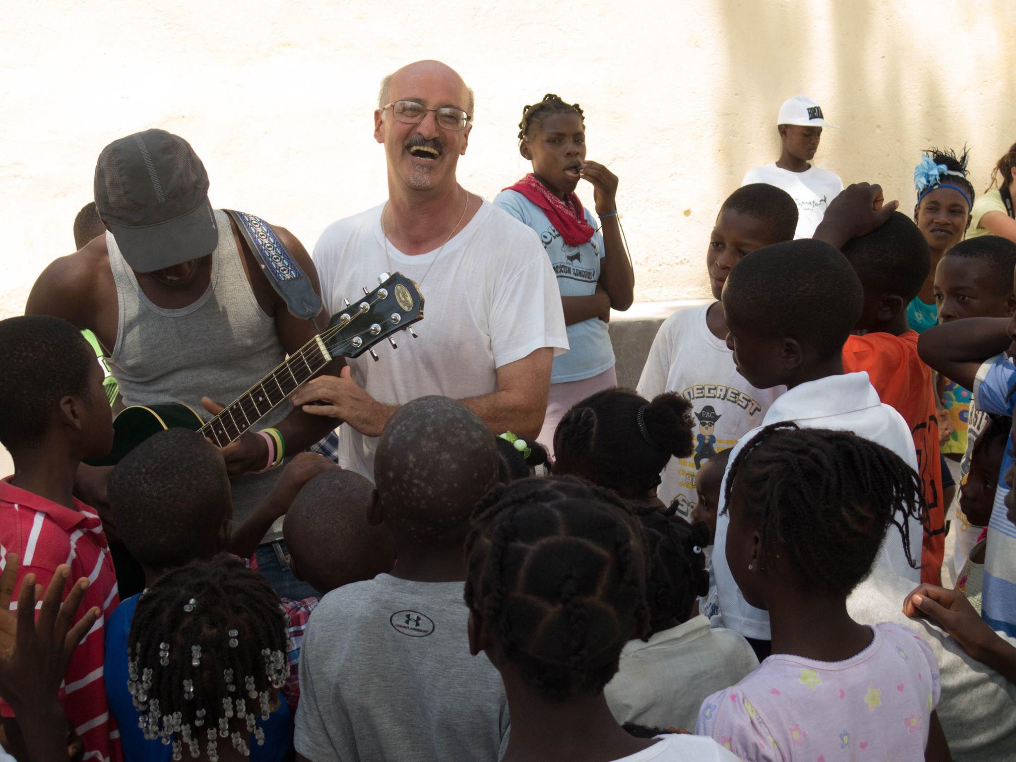 Don Levi Spadotto, «fidei donum» ambrosiano, in mezzo alla sua gente di Port-au-Paix, la più povera di Haiti